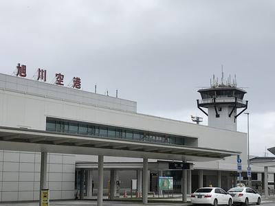 初雪舞う旭川空港